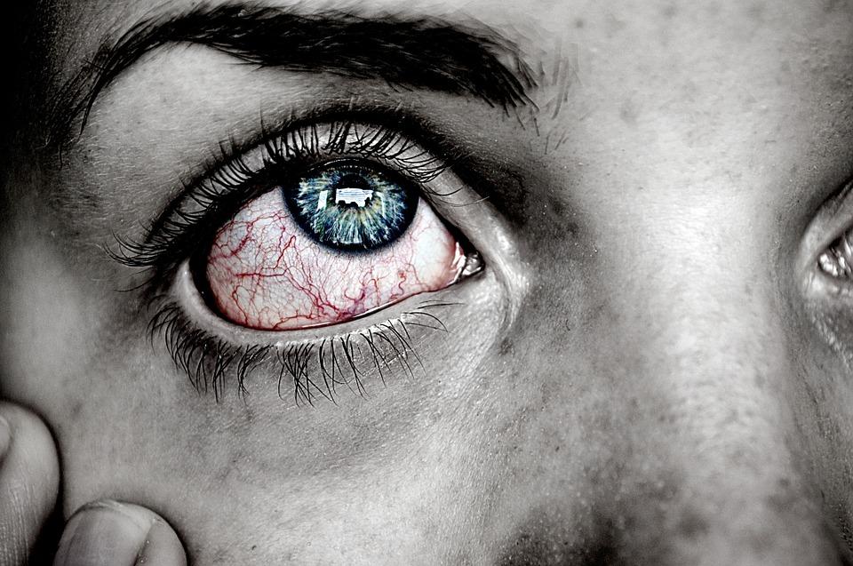 Como por medio de la cosmética arreglar las bolsas en los ojos del vídeo