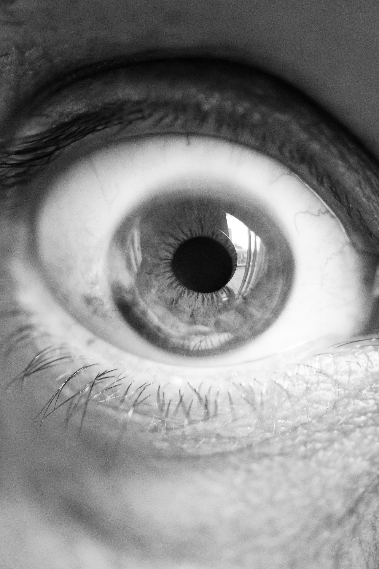 Momentanea en un ojo vision borrosa